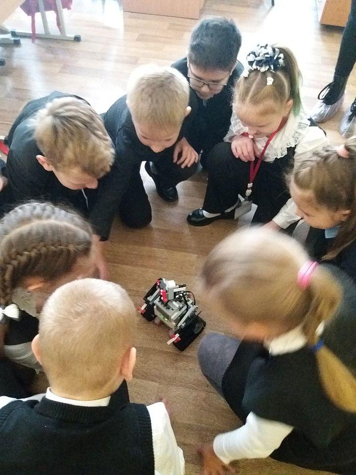 Робошкола. Педагоги показали мастер-классы по робототехнике для ребят лицея №82