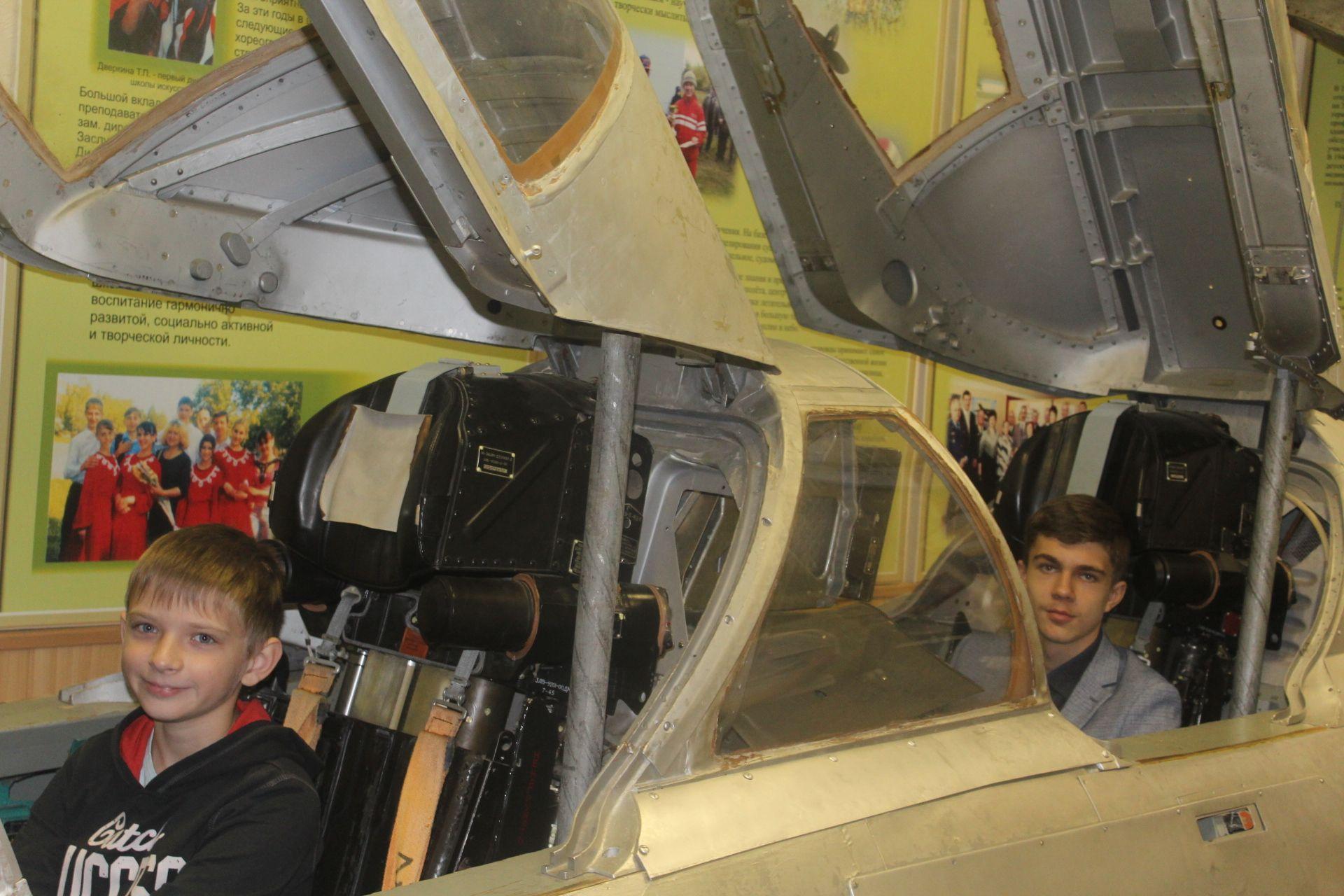 Экскурсия в небо. Челябинские школьники побывали в музее боевой славы ЧВВАКУШ