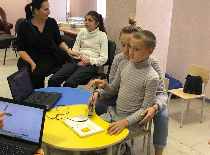 Робототехника для всех! В Челябинске дети с ОВЗ собрали самолеты